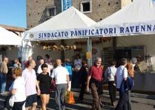 Cervia. I panificatori di Ravenna al lavoro in diretta nel loro stand all'evento 'Sapore di Sale'.