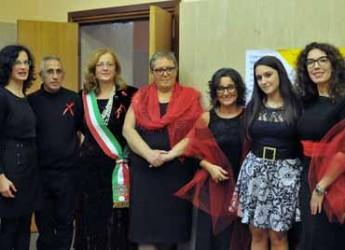 Conselice. Successo per lo spettacolo 'Nastri rossi da S-legare'. Sul palco le storie di sei donne conselicesi vissute nel passato.