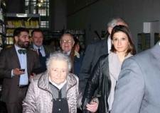 Lugo. Eda, la figlia del compositore Francesco Balilla Pratella, ospite all'inaugurazione dell'esposizione dedicata al padre e Luigi Penazzi.