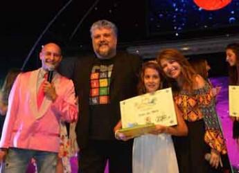 Gatteo Mare. La giovane Elisa Del Prete, vincitrice del FestivalMar, al talent canoro del sabato sera con Antonella Clerici Da Gatteo Mare a RaiUno.