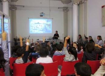 Lugo. L'autrice Linda Maggiori ha incontrato duecento studenti delle primarie. L'ambiente al centro della presentazione del libri.
