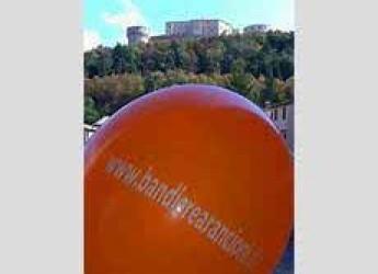San Leo. Domenica il borgo della Valmarecchia ospita la Giornata delle Bandiere Arancioni.