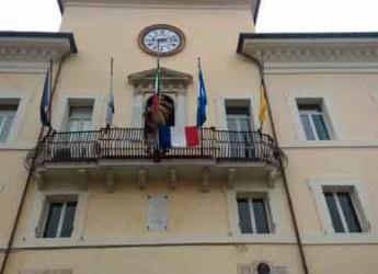 Cervia. Esposta la bandiera francese nel Palazzo comunale. Il sindaco Coffari: 'Ora siamo tutti francesi'.