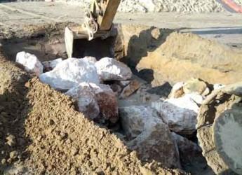 Cervia. Iniziati i lavori di ripristino delle scogliere dei moli del Porto canale dopo la mareggiata che ha causato cedimenti.