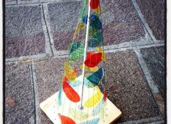 Cotignola. Tutti al lavoro per 'stirare' le bottiglie di plastica necessarie per realizzare l'albero di Natale in piazza.