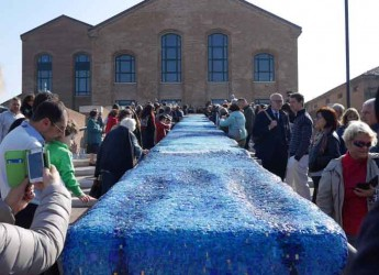 RAvenna. Inaugurato il 'mosaico dell'onda' realizzato dal mosaicista Paolo Racagni.