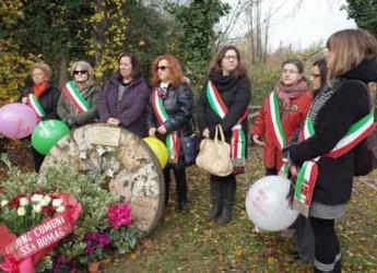Unione Bassa Romagna. Un fiore per non dimenticare. Deposta una corona al monumento contro il femminicidio.