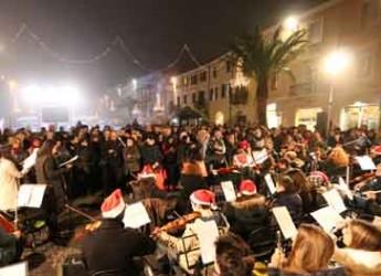 Rimini. In piazza Cavour 100 giovani musicisti della scuola Lettimi hanno augurato un Buon Natale.