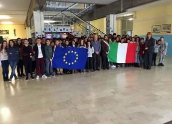 Lugo. Donate alla scuola 'Gherardi' le bandiere italiana ed europea dall'Unuci.