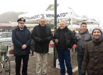 Ravenna. Il sindaco Matteucci tra i banchi del mercato per uno scambio di auguri.