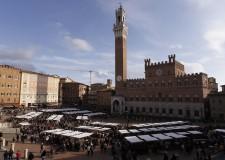 Siena. In città rivive lo storico Mercato nel Campo: 150 banchi per un evento che mette in mostra i migliori prodotti dell'enogastronomia e dell'artigianato.