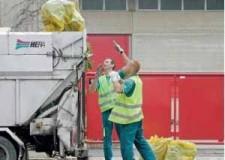 Forlì. Raccolta rifiuti. Nell'androne del Comune un nuovo erogatore automatico di sacchetti per la raccolta dell'organico.