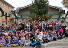 Rimini. Viserba. Gli studenti della elementare Flavia Casadei hanno allestito il grande albero di Natale in piazza Pascoli.