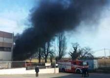 Riccione. In fiamme un capannone con materiale edile e in plastica in via del Commercio. Sul posto i Vigili del Fuoco.