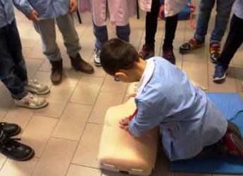 Gatteo. Baby salvataggio, i corsi dell'associazione Delphinos sbarcano in classe.