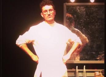"""Sogliano. Al Turroni questa sera va in scena """"Barba e capelli"""" con Denis Campitelli."""