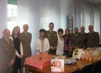 Rimini. I militari della Caserma 'Giulio Cesare' donano alla terapia neonatale libri e un monitor.