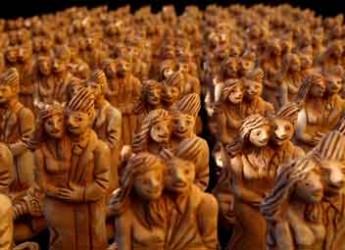 Italia. Nuova installazione per Idilio Galetti, un esercito in terracotta di giovani che si abbracciano.