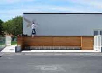 Rimini. L'artista Eron all'opera sui muri della nuova scuola XX settembre.