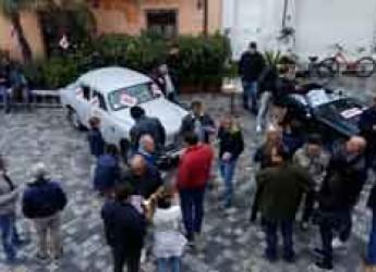 Rimini. 'Aspettando la mille miglia', in tanti a Borgo San Giuliano in attesa del passaggio delle splendide auto.