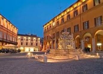 Cesena. Piazza del Popolo. Si migliora la convivenza tra tavolini dei pubblici esercizi e le auto.