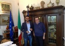 Cervia. La società 'Pesceazzurro' premia il sindaco Luca Coffari.