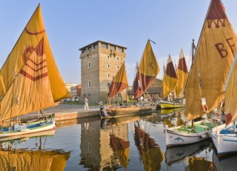 Cervia. Le barche storiche sul canale davanti ai Magazzini del Sale.