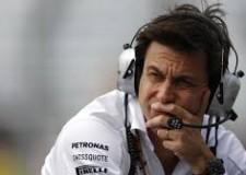 Non solo sport. Referendum: 'sforano' i 'no'. AAA cercasi sostituti di Rosberg. Juve di nuovo in sella.