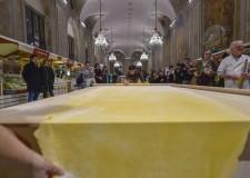 Emilia Romagna. Un 'lenzuolo' di pasta lungo 5,20 metri. Sfoglia da record nel nome della solidarietà.