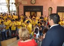 Ravenna. Centinaia di magliette 'gialle' per colorare piazza del Popolo. Il saluto del sindaco De Pascale.