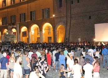 Cesena. Piazze di Cinema, avvio col botto  Oltre mille persone  in piazza del Popolo per incontrare Pif.