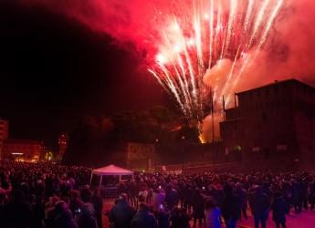 Lugo. Una piazza Martiri ricolma per salutare il 2018. Allo scoccare della mezzanotte i fuochi d'artificio.