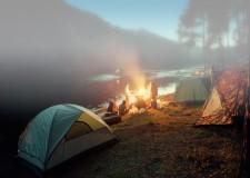 Riccione. Oltremare: notti attorno al fuoco oppure tra i delfini. Che fanno capolino tra le bolle.