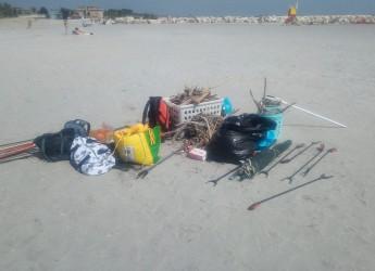 Cesenatico. Operazione 'spiagge pulite'. Stop alla plastica e ai rifiuti. Con l'aiuto dei cittadini.