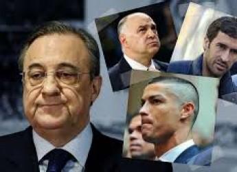 Non solo sport. I ragazzi dell'Ajax abbattono il 'tiranno'. Roma 'beffata' dal Var. Rombano i centauri.