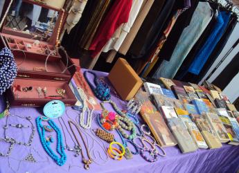 Ravenna. Arriva in  Darsena  'La pulce d'acqua', il coloratissimo  mercatino delle numerose occasioni.