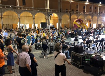 Faenza. Martedì d'estate: in piazza del Popolo tutto pronto per la ' folle corsa delle bighe'.