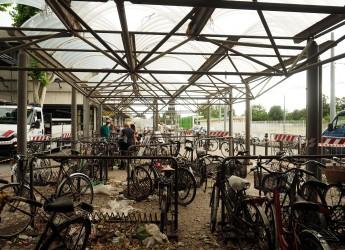 Rimini. Un cantiere alla Stazione per rimuovere le biciclette in stato di abbandono oppure rotte.