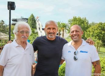 Riccione. Mister Spalletti ospite tra gli scivoli di Acquafan. Ha voluto conoscere addestratori e delfini.