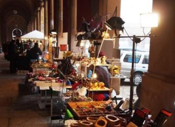 Lugo. E' ancora tempo dei mercatini di Natale. Nei lati corti del Pavaglione il tradizionale Dona.