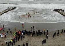 Misano Adriatico. Una sessantina d'audaci in mare con Babbo Natale. Tra loro il Sindaco.