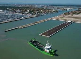 Ravenna. Porto Corsini: servizio traghetto, avanti i pedoni per evitare assembramenti sulla rampa.
