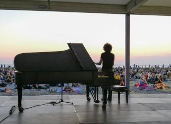 Rimini. Bellissima e vincente, la Notte rosa del sorriso. Lucine, suoni, giocoleria e cene in riva al mare.