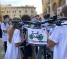 Cesena. In bici da piazza del Popolo alla scuola.  Con ciclofficina creata ad hoc nel cortile dell'edificio scolastico.