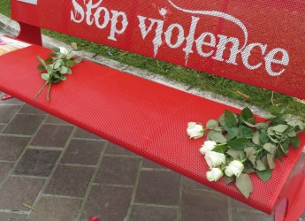 Misano Adriatico. Un filo rosso per nove panchine rosse. Per la lotta contro la violenza sulle donne.