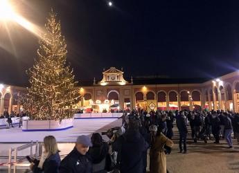 Lugo. Alberi, luminarie e canzoni al Pavaglione. L'atmosfera natalizia ' accende' e 'colora' il centro storico.