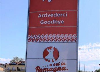 Gatteo Mare. Nel 'cuore' del Liscio un totem che saluta  chi arriva e chi parte, lungo viale Europa.