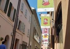 Ravenna. Sulla via Mentana gli stendardi dedicati a Dante. Tele di inizio '900 coloreranno il centro.