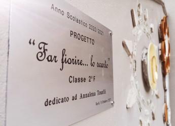 Forlì. Alla scuola media 'Zangheri' inaugurato  il 'muretto'. 'Annalena, donna libera. Far fiorire… lo scarto'.
