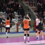 Le giocatrici della Volley 2002 Forlì ringraziano i tifosi